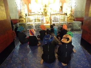 Prières bouddhistes Temple Bagan Myanmar
