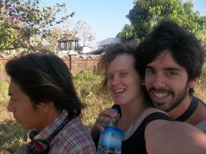 A trois sur une moto à Ngwe Saung au Myanmar, en souvenir d'Angkor